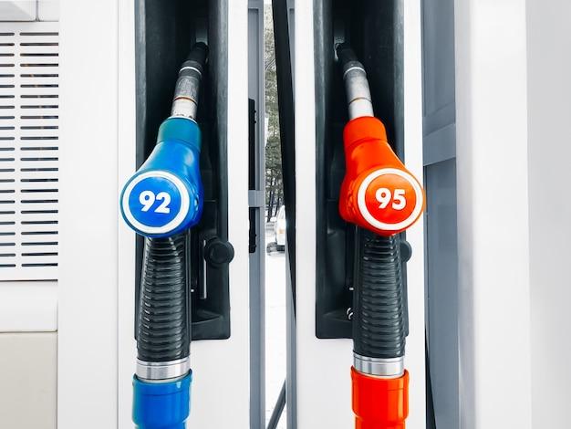 Pompa della stazione di servizio con due tubi ugelli rossi e blu