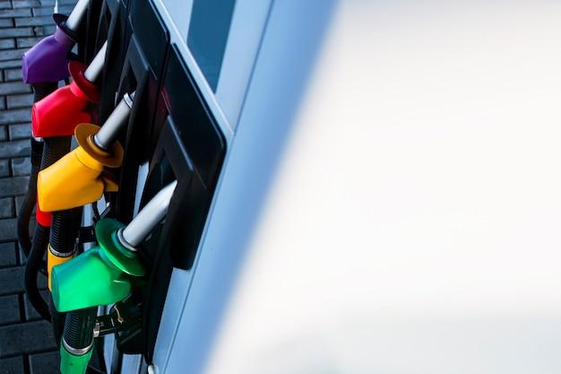 Stazione di servizio con carburante diesel e benzina. primo piano della pistola di rifornimento.