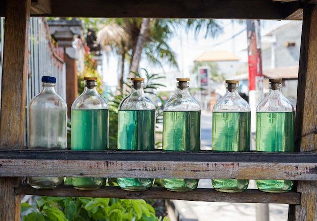 Benzina in bottiglie in vendita su bali indonesia, benzina alla stazione locale