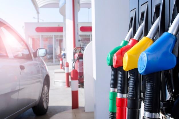 Stazione di benzina e pompa del carburante.