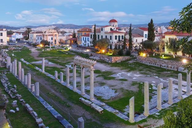 Porta di atena archegetis e resti dell'agorà romana costruita ad atene durante il periodo romano, atene, grecia