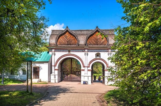 Il cancello per il territorio del parco kolomenskoye a mosca in una giornata di sole estivo