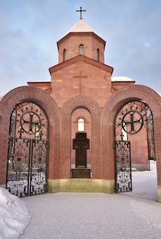 Le porte della chiesa armena a novosibirsk surb astvatsatsin è una chiesa ortodossa armena