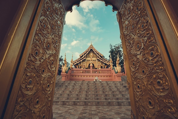 Cancelli di uno dei templi del buddha nel tempio thailandia