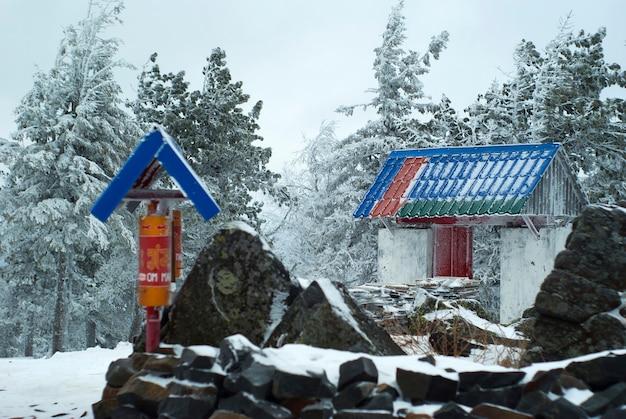 Cancelli e tamburi di preghiera nel monastero buddista degli urali sul paesaggio invernale