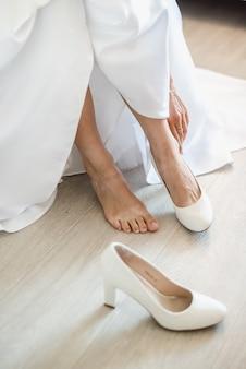 Raduno della sposa la sposa indossa le scarpe il giorno del matrimonio