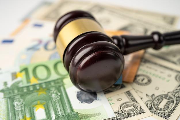 Martelletto per avvocato giudice e dollaro usa con banconote in euro, concetto di finanza.