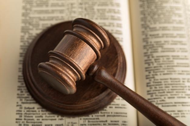 Giudizio del martello e libro sacro della giustizia. libri di diritto. simbolo di giustizia e processo. avvicinamento.