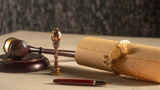 Penna e timbro pubblico del notaio martelletto su testamento e testamento. strumenti notarili