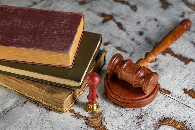 Martelletto notaio e timbro su testamento e testamento. strumenti notarili
