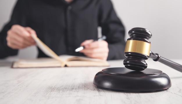 Martelletto sul blocco sonoro. giudice al lavoro. giustizia e legge