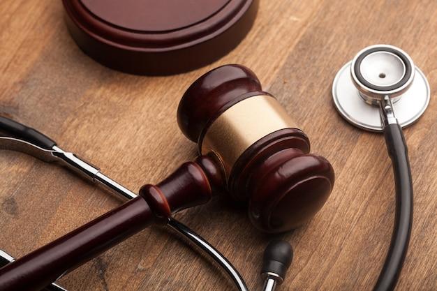 Martelletto e stetoscopio su una superficie di legno.