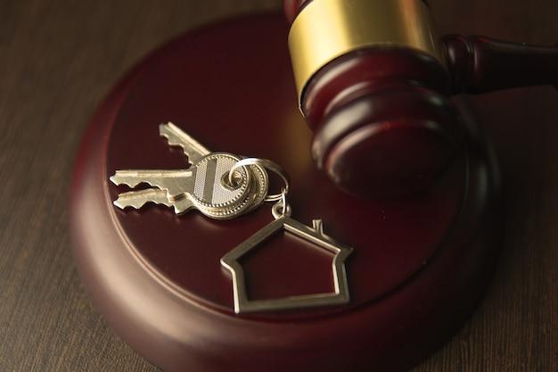 Martelletto in legno e casa per l'acquisto o la vendita di offerte o avvocato di casa immobiliare e concetto di asta.