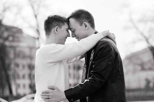 Coppia gay che cammina in un centro città, lifestyle