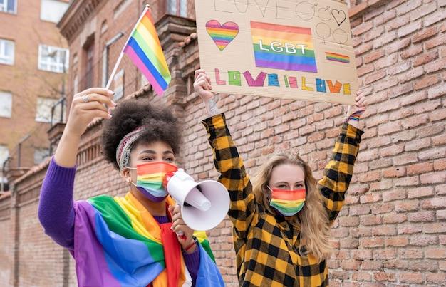 Dimostrazione di orgoglio gay due coppie multirazziali di donne lgbt