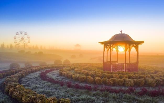Gazebo all'alba su uno sfondo di sole e cielo azzurro ottimo posto per relax e tranquillità