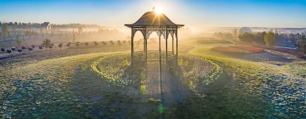 Gazebo all'alba su uno sfondo di sole e cielo azzurro ottimo posto per relax e tranquillità Foto Premium