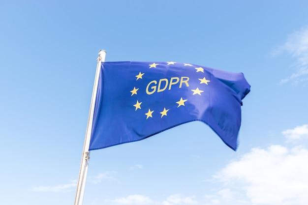 Bandiera dell'unione europea ue gdpr contro un cielo blu