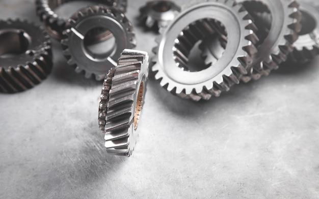 Meccanismo di ingranaggi su sfondo di metallo.