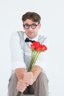Geeky hipster che offre un mazzo di rose