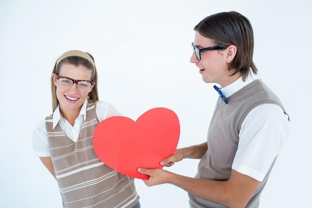 Geeky hipster offre un cuore rosso alla sua ragazza
