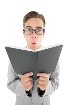 Geeky predicatore leggendo dalla bibbia nera
