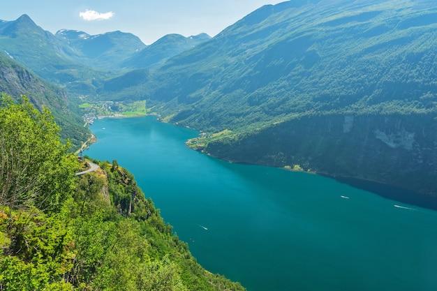 Vista di paesaggio della montagna del mare del fiordo di geiranger, norvegia
