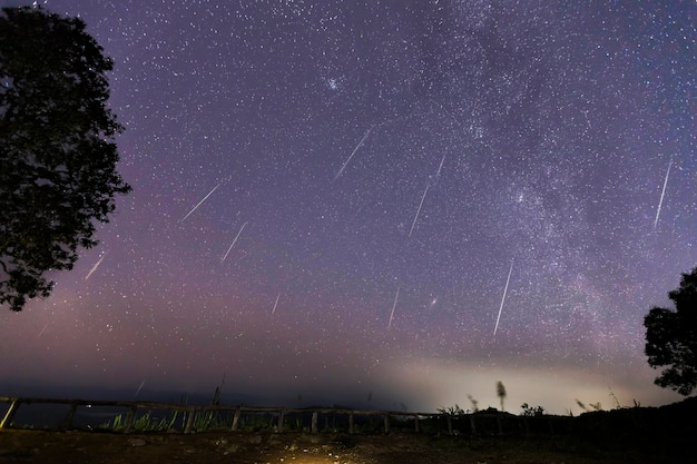 Geminid meteor shower e la via lattea su una montagna. meteor geminidi nel cielo notturno