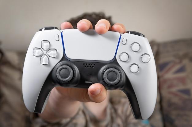 Controller di gioco next gen a disposizione dei bambini
