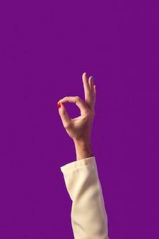 Mano di persona fluida di genere isolata su viola