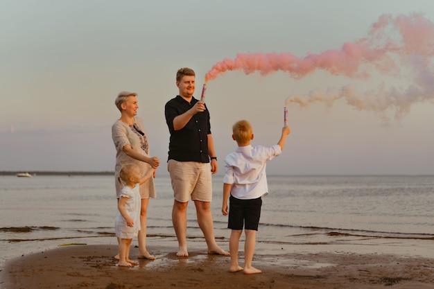 Annuncio di rivelazione di genere sulla spiaggia famiglia amorevole in attesa di una bambina momenti felici