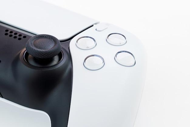 Controller di gioco bianco di nuova generazione isolato su sfondo bianco.