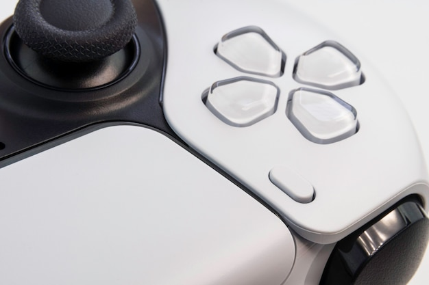 Controller per videogiochi bianco di nuova generazione isolato su sfondo bianco. primo piano a macroistruzione. messa a fuoco selettiva.
