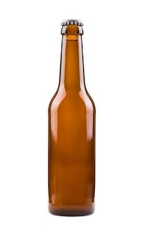 Bottiglia di birra marrone generica, sigillata e riempita di birra isolata su fondo bianco