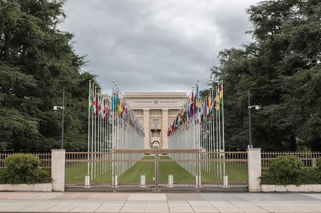 Ginevra, svizzera - 1° luglio 2017: bandiere nazionali all'ingresso nell'ufficio delle nazioni unite a ginevra, svizzera. le nazioni unite sono state istituite a ginevra nel 1947 ed è il secondo più grande ufficio delle nazioni unite