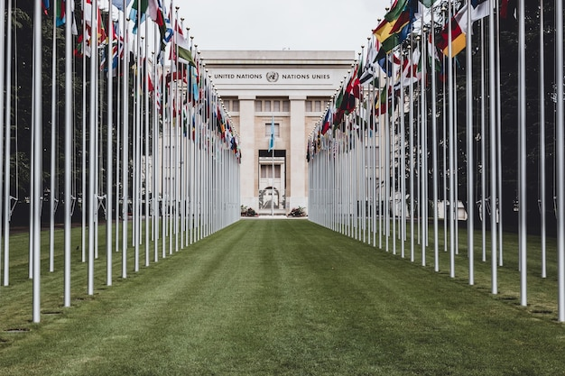 Ginevra, svizzera - 1° luglio 2017: bandiere nazionali all'ingresso nell'ufficio delle nazioni unite a ginevra. le nazioni unite sono state istituite a ginevra nel 1947 ed è il secondo più grande ufficio delle nazioni unite