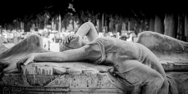 Genova, italia - giugno 2020: antica statua di angelo (1910, marmo) in un cimitero cattolico cristiano - italia
