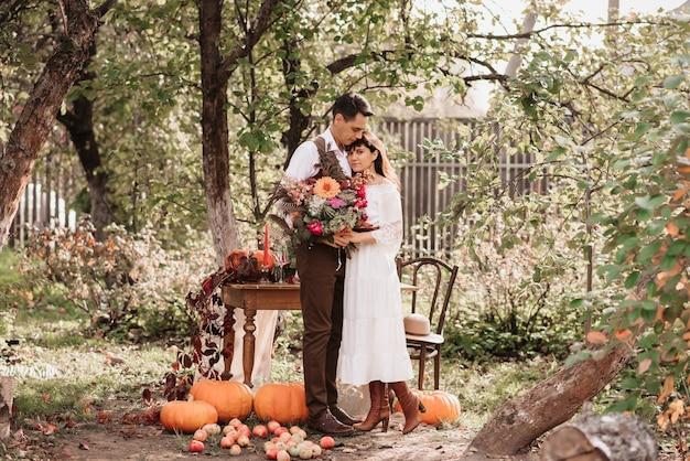 Dolce abbraccio di amanti un uomo abbraccia una ragazza con un bouquet in mano.