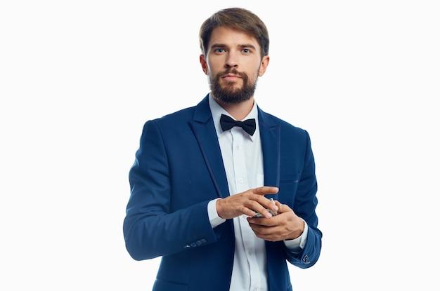 Signori in giacca blu camicia bianca papillon ricchezza modello soldi. foto di alta qualità