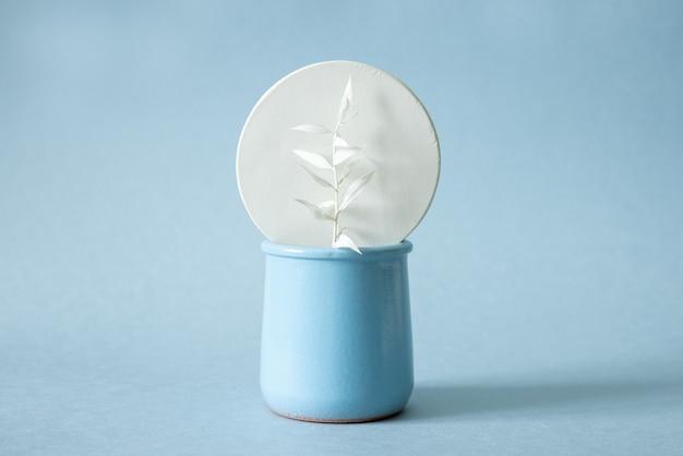 Composizione geometrica isometrica minimalista a forma di cerchio e vaso moderno luminoso con fiori secchi