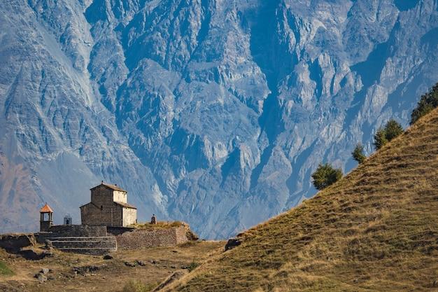 Chiesa della georgia sulla montagna.