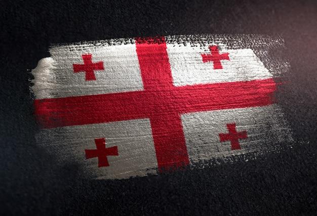Bandiera della georgia fatta di vernice spazzola metallica sulla parete scura del grunge