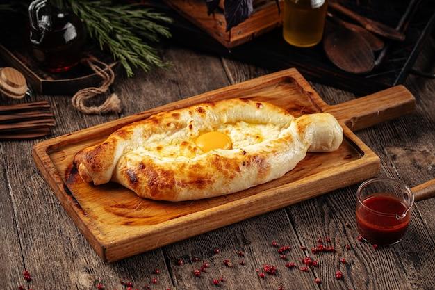 Pane khachapuri adjarian georgiano con formaggio
