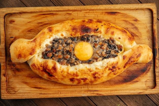 Khachapuri adjarian georgiano con tuorlo d'uovo