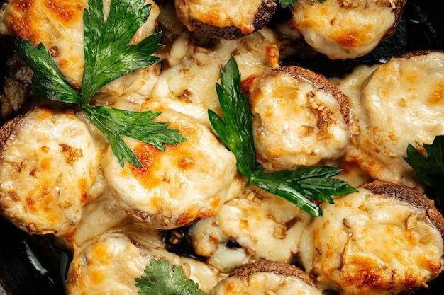Funghi al forno georgiani con formaggio suluguni