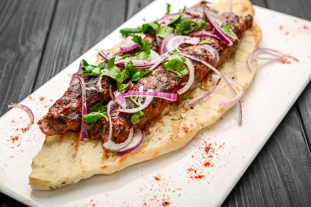 Cucina georgiana - lulia kebab, con cipolle grigliate, cucina tradizionale georgiana, sul pane