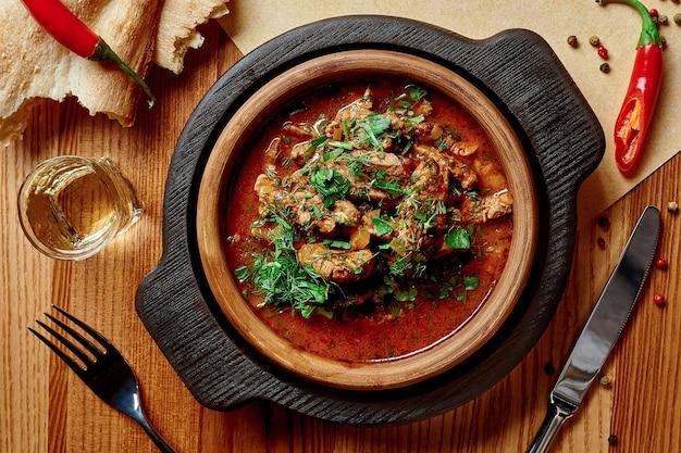 Piatto georgiano chashushuli vitello piccante stufato in salsa di pomodoro tomato