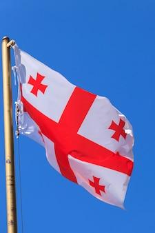 Bandiera georgiana contro il cielo blu