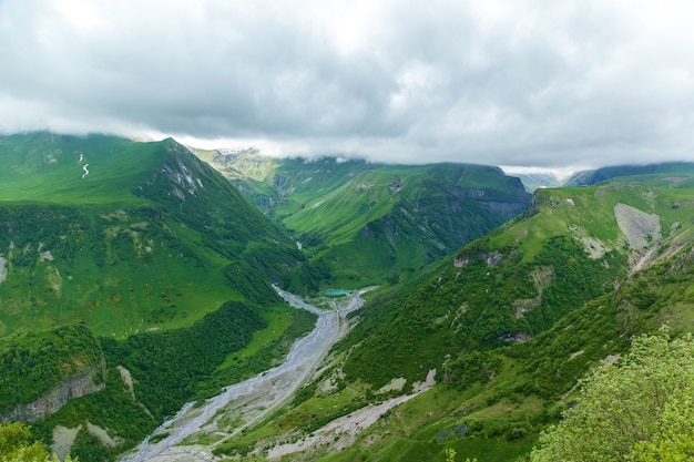 Strada militare georgiana, splendidi paesaggi di montagna e fiumi di montagna lungo di essa. georgiano