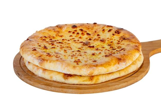 Khachapuri georgiano cibo tradizionale su un piatto di legno su sfondo bianco. mengrelian khachapuri.